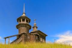 Старая деревянная церковь в деревне Стоковое Изображение