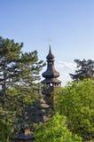 Старая деревянная церковь с золотым крестом стоковое изображение rf