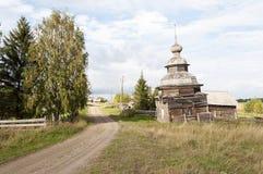 Старая деревянная часовня в северной русской деревне Стоковая Фотография RF