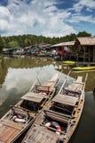 Старая деревянная шлюпка в рыбацком поселке Восточной Азии Стоковое фото RF