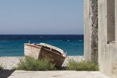 Старая деревянная шлюпка на пляже в Греции на красивый летний день Стоковое Изображение RF