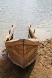 Старая деревянная шлюпка утонула на банк Стоковая Фотография