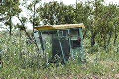 Старая жатка зернокомбайна в траве Зернокомбайн тела Tetali стоковое фото