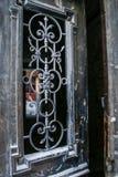 Старая железная дверь шнурка с деревянной рамкой в доме города стоковое фото rf