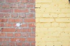 Старая желтая и красная кирпичная кладка с различными дефектами Стоковая Фотография