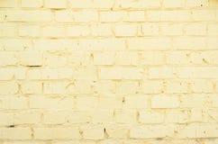Старая желтая кирпичная кладка с различными дефектами Стоковые Изображения RF