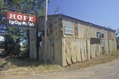 Старая железная лачуга в надежде, Арканзас металла стоковое фото