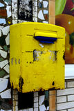 Старая желтая смертная казнь через повешение почтового ящика на кирпичной стене дома Стоковое фото RF