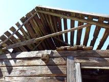 Старая живущая домашняя крыша в деревне, Литве стоковое изображение rf