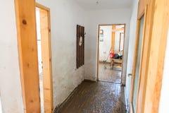 Старая живущая комната разрушенная от потока Стоковое Изображение