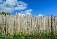 Старая загородка журнала и голубое небо с облаками Безопасность и ограждать Предохранение против похитителей стоковые фото