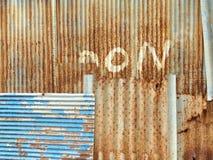 Старая загородка волнистого железа для предпосылки Стоковые Фото