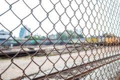 Старая загородка звена цепи на железнодорожном вокзале Стоковая Фотография
