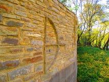 Старая загородка с украшением, смычком с стрелкой, Kamenets Podolskiy, Украиной Стоковые Фото