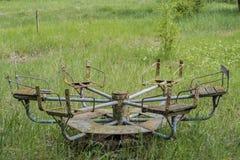 Старая загубленная заржаветая покинутая привлекательность в летнего лагеря Стоковые Изображения