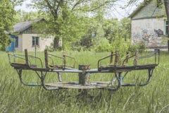 Старая загубленная заржаветая сломанная покинутая привлекательность в летнего лагеря Стоковое фото RF