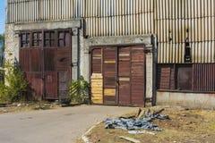 Старая загубленная и покинутая фабрика в зоне Стоковая Фотография RF