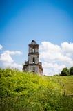 Старая загубленная церковь в зеленой траве Стоковое Изображение RF