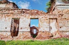Старая загубленная церковь в солнце Стоковое Фото