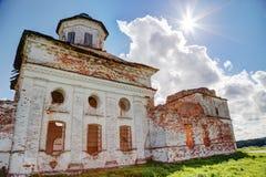 Старая загубленная церковь в солнце Стоковые Изображения RF