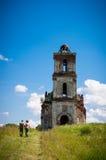 Старая загубленная церковь и силуэт 2 путешественников Стоковая Фотография RF