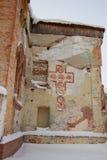 Старая загубленная церковь с покрашенным крестом Стоковые Изображения RF
