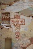 Старая загубленная церковь с покрашенным крестом Стоковые Фотографии RF
