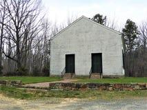 Старая запустелая церковь на холме в западной Пенсильвании стоковые фотографии rf