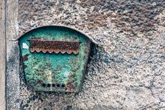 Старая заржаветая смертная казнь через повешение почтового ящика на старой стене Стоковая Фотография RF