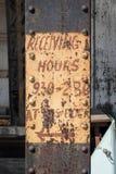 Старая заржаветая стальная балка с рукой покрасила знак для получать часы стоковая фотография rf