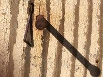 Старая заржаветая тень ногтя и it's Стоковые Фотографии RF