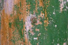 Старая затрапезная деревянная планка с треснутой краской цвета, предпосылкой стоковое изображение rf