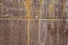 старая затрапезная коричневая ржавая стена металла с горизонтальной нашивкой, заплаты белой краски и грязь E стоковые изображения rf