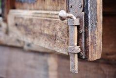 Старая защелка окна стоковые фотографии rf