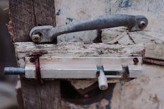 Старая защелка с ржавчиной на деревянной двери стоковые фотографии rf