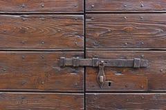 Старая защелка двери на деревянной двери стоковая фотография rf