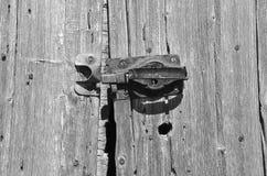 Старая защелка на выдержанной двери амбара Стоковая Фотография RF