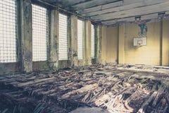 Старая зала спорт баскетбола, покинутая школа Стоковые Изображения