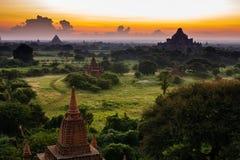 Старая земля взгляда Bagan от вершины пагоды Shwesandaw Стоковые Изображения