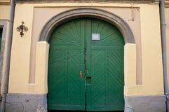 Старая зеленая деревянная дверь в центре города Львова Стоковая Фотография RF