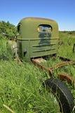 Старая зеленая тележка в длинной траве стоковые изображения rf