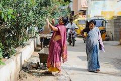 Старая индийская рудоразборка женщины цветет на улице 11-ое февраля 2018 Puttaparthi индийского города, Индии Стоковая Фотография RF