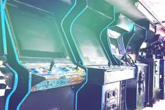Старая используемая аркада забытая классикой винтажная в комнате и никаких из игроков играя видеоигры в рамке Шкаф игрового автом стоковые фото