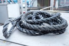Старая, используемая веревочка где-то на шлюпке на гавани стоковое изображение rf