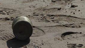 Старая используемая консервная банка металла на речном береге сток-видео