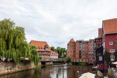 Старая историческая гавань Luneburg с полу-timbered домами река Шлезвиг-Гольштейн Германия стоковые изображения