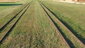 Старая историческая железная дорога узкой колеи в получившейся отказ железнодорожной станции, воздушной акции видеоматериалы