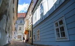 Старая историческая улица переулка междурядья в Братиславе Братислава столица Словакии на Дунае Стоковые Фотографии RF