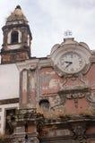Старая итальянская церковь с малым крестом и старыми часами Время и концепция вероисповедания Винтажное внешнее здание покинутая  стоковая фотография rf