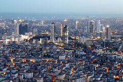 Старая и новая сторона Стамбула на ноче Стоковое Изображение RF
